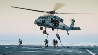 قوات أمريكية يهبطون من طائرة