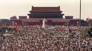 资料图片:1989年6月2日,大批民众在天安门广场聚集,要求中国民主化