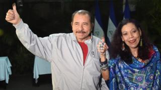 El presidente y candidato a la presidencia, Daniel Ortega, junto con su compañera de fórmula y esposa, Rosario Murillo, mostrando la tinta en sus dedos pulgares que muestra que acaban de votar.