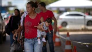 Venezuelana cruza fronteira em Paracaima