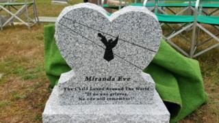 Lápida con el nombre de Miranda Eve.