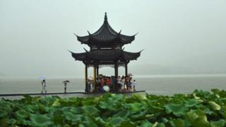 Người trú mưa ở một danh lam thắng cảnh Hàng Châu