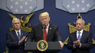 ABD Başkanı Donald Trump, ABD Başkan Yardımcısı Mike Pence (solda), ABD Savunma Bakanı James Mattis (sağda)