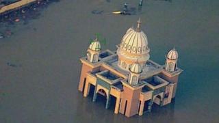 Mezquita rodeada de agua