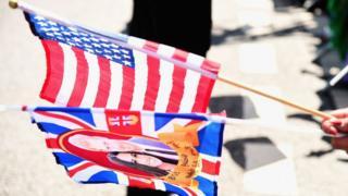 Свадьба принца Гарри и Меган Маркл - флаги в руках поклонника