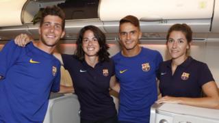 Miembros del equipo masculino y femenino del Barcelona posan para una foto
