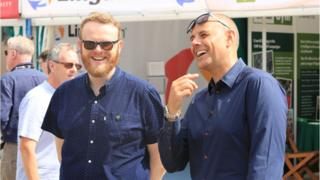 Huw Stephens a Jason Mohammad