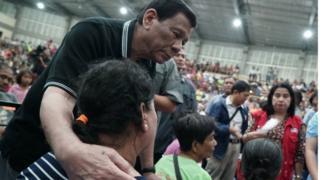 Duterte conforta desabrigados de delizamentos que mataram milhares nas Filipinas