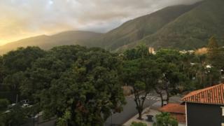 Imagem mostra rua arborizada em Caracas, na Venezuela