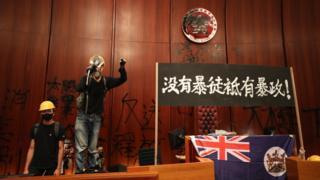 抗议人士进入香港立法会大楼后打