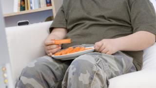 Menino comendo cenoura