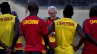 Cameroon coach Hugo Broos dey talk to di team