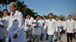 Médicos y enfermeros de la Brigada Médica Internacional Henry Reeve de Cuba se despiden antes de viajar a Italia.