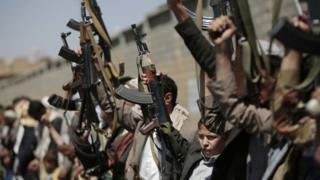 Tribesmen loyal to Houthi rebels hold their weapons as they chant slogans in Sanaa (02 October 2016)