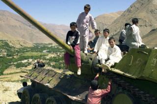 सोवियत टैंक पर खेलते बच्चे