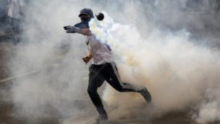 Protesters clash with police during a demonstration against the government of President Nicolas Maduro in Caracas (26 April 2017)