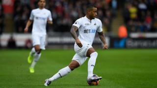Le joueur Luciano Narsingh de Swansea en action