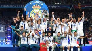 لاعبو ريال مدريد يرفعون الكأس
