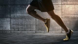 Una persona corriendo