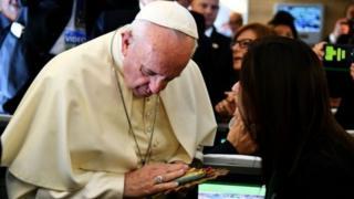 """Le souverain pontife a lancé un appel dimanche pour aider les Centrafricains à rejeter """"la violence et la vengeance""""."""
