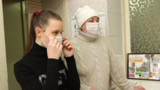 люди в масках від грипу