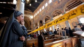 راهبة قبطية تبكي بعد انفجار عبوة في الكنيسة المرقسية في العباسية بمصر