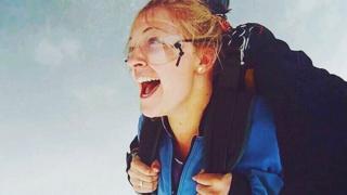 Emma Carey pulando de paraquedas
