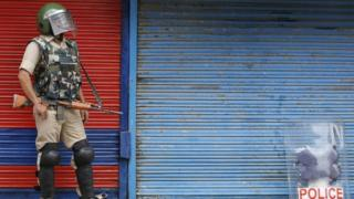An Indian paramilitary soldier stands guard during a curfew in Srinagar, the summer capital of Indian Kashmir (16 July 2016)