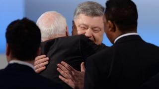 Сенатор США Джон Маккейн і український президент Петро Порошенко