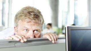 Подслушивающий офисный работник