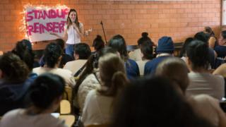Sofía Niño de Rivera giving her stand-up workshop in prison