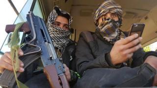"""المئات من مسلحي """"فيلق الرحمن"""" وعائلاتهم خرجوا من المدينة في اتفاق بوساطة روسية"""