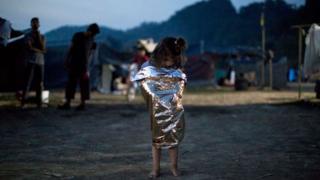 難民裹著太空毯