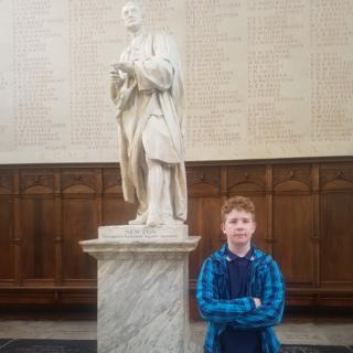 Phazie Mannifield-Gale ao lado de uma estátua de Isaac Newton