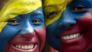 Venezolanos con los colores de su bandera en la cara