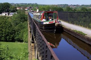 Galler'de Telford'un Pontcysyllte viyadüğünü kesen kanalı taşıyan köprü