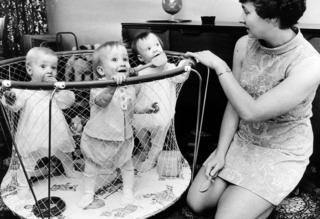 1969年,希拉·桑恩斯接受不孕症治疗后生了六胞胎,这是其中三个孩子一岁时。