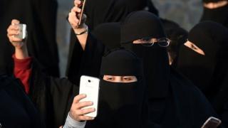 Mujeres con burka y celulares en Arabia Saudita