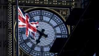Bandera británica ondea frente al Big Ben