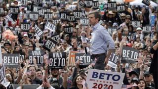 Beto ORourke fala durante sua campanha presidencial no centro de El Paso, Texas