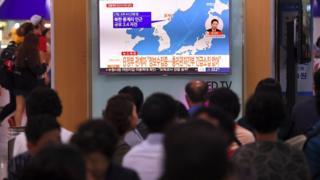 О землетрясении в Северной Корее рассказывают по телевизору в Сеуле