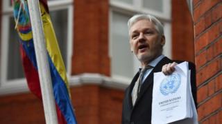 Abantu barindiriye kubona niba Bwana Assange ava mu nyubakwa z'ubuserukizi bwa Equateur i Londres