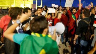 Manifestantes pedem sa[ida de Temer, defronte do Pal[acio do Alvorada