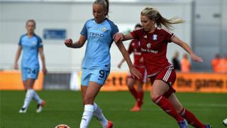 Toni Duggan de Manchester City au coude à coude avec Kirsty Linnett de Birmingham City lors d'un match en 2016