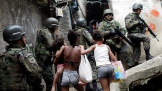 Militares e moradores na Rocinha