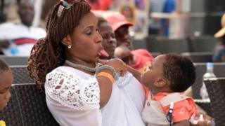 Woman dey comot her tongue for small pikin