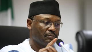Mahmood Yakubu, umukuru w'akanama k'amatora ka Nigeria, atangaza iki cyemezo cyo gusubika amatora ya perezida n'ayabagize inteko inshingamategeko