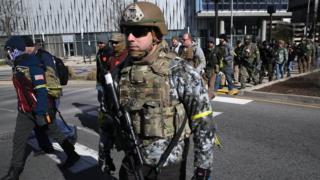 Manifestantes con armas