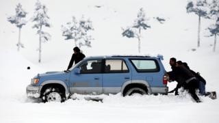 Kar yağışı nedeniyle araçlar yollarda kaldı
