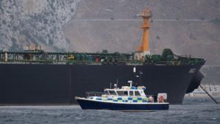 Британский катер около задержанного иранского танкера у берегов Гибралтара